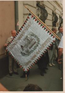 A zászlón a felirat: Egynek minden nehéz, soknak semmi sem lehetetlen